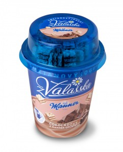Smetanový jogurt z Valašska čokoládový a Manner oplatky